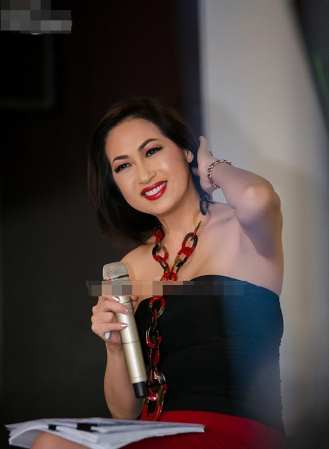 Ca sĩ Ý Lan rất chăm chỉ làm mới hình ảnh của mình mỗi lần xuất hiện. Ngoài việc thay đổi tông màu make up phù hợp với trang phục và hoàn cảnh, cô còn đặc biệt quan tâm tới mái tóc.