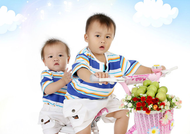 Ôi hai bạn này đi bán táo thật à? Không phải đâu, hai bạn ấy chỉ làm diễn viên để chụp hình thôi. Hôm nay, Siêu Nhân Nhím xin giới thiệu với các bạn hai anh em cực đáng yêu là Bảo Nam và Bảo Thiên. Hai bé cách nhau đúng 1 tuổi đấy.