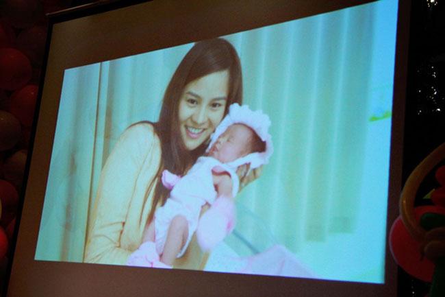 Trong dịp mừng thôi nôi bé Anna ngày2/3/2014 vừa qua, Vũ Thu Phương cũng đã công bố những bức ảnh độc ngày cô sinh con.