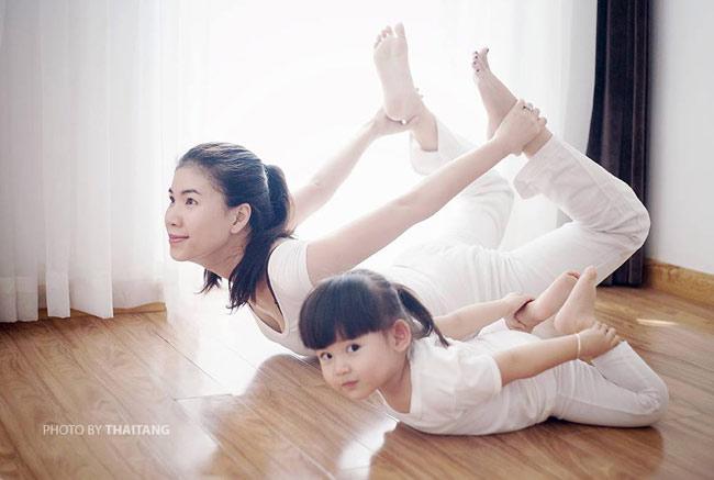 Nếu là một fan hâm mộ của yoga hay chỉ đơn giản là yêu những em bé dễ thương, ngộ nghĩnh thì chắc hẳn không ai có thể không xao lòng trước bộ ảnh chụp hai mẹ con trong những tư thế yoga cực khó mang tên 'I Love Yoga'