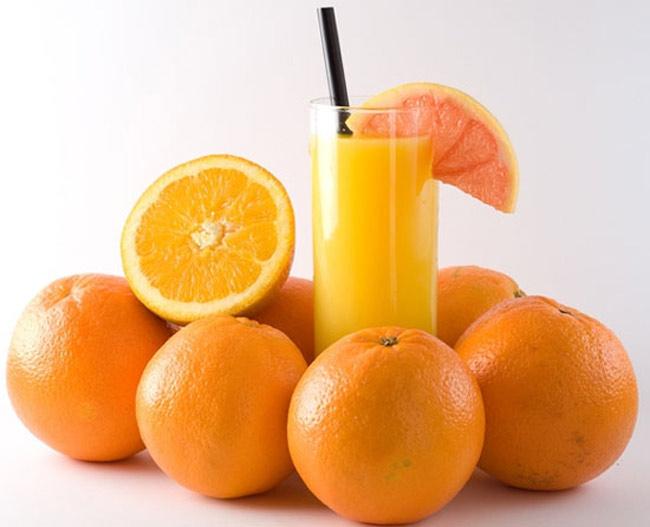 """Cam Trung Quốc  Có vỏ ngoài đẹp mắt, những trái cam nhìn mọng nước, ngon lành được bày bán rất nhiều trên những quầy hoa quả. Thế nhưng, nhiều mẹ sẽ giật mình nếu lỡ """"bỏ quên"""" chúng trong vòng… 3 tháng, bởi mẹ sẽ thấy phần vỏ ngoài của những quả cam này gần như vẫn tươi nguyên, trong khi phần ruột đã khô hoặc ủng thối. Đó là vì một lượng rất lớn hóa chất đã được ngâm tẩm vào số cam này để có thể giữ chúng được lâu hơn. Không khó để hình dung ra tác hại lớn thế nào nếu bé ăn phải loại quả độc hại như thế."""