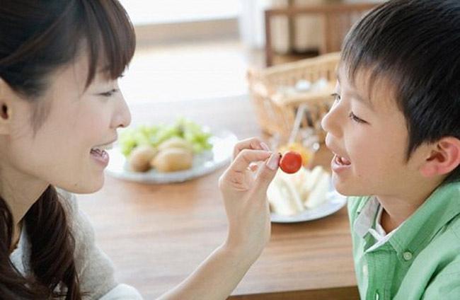 """Hoa quả rất tốt cho bé, thế nhưng lại có quá nhiều nguy cơ khi con ăn những trái cây được ngâm, tẩm hóa chất. Tiếc thay, vì lợi nhuận trước mắt mà nhiều nông dân, thương lái đã cố tình phun """"vô tội vạ"""" thuốc trừ sâu, thuốc kích thích tăng trưởng và hóa chất bảo quản, hóa chất """"ép"""" chín trước khi đưa trái cây ra thị trường. Vì thế, mẹ cần đặc biệt lưu ý khi chọn mua những loại trái cây dưới đây cho con ăn nhé!"""
