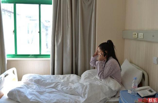 Sau 2 ngày, cô gái đã gọi điện được cho bạn bè để báo tình hình sức khỏe của mình, tuy nhiên không một ai trong gia đình biết chuyện của cô.