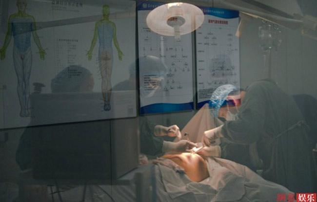 Cômuốn nâng thành cỡ ngực G, nhưng theo lời bác sĩ, với hình thể của cô nâng cỡ D là thích hợp.