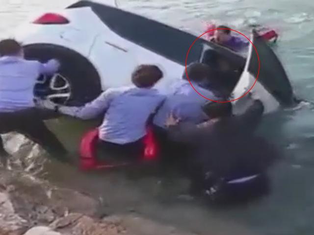 Thót tim cảnh cứu cô gái suýt chìm theo ôtô
