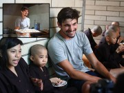 Làm mẹ - Chàng trai Hà Lan làm bánh pancake tặng trẻ nghèo