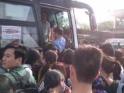 Tin tức - Nguy cơ 'vỡ trận' bến xe trong ngày nghỉ lễ đầu tiên