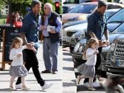 Làng sao - Beckham tay trong tay đi dạo phố cùng Harper