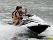 Justin Bieber vui vẻ đi lướt ca nô bên tình mới 9X