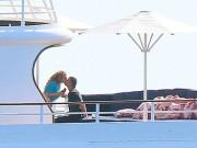 Mariah Carey tình tứ hôn môi bạn trai tỷ phú