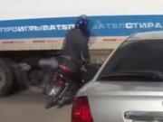 Clip Eva - Thoát chết may mắn dù lao thẳng vào gầm xe tải
