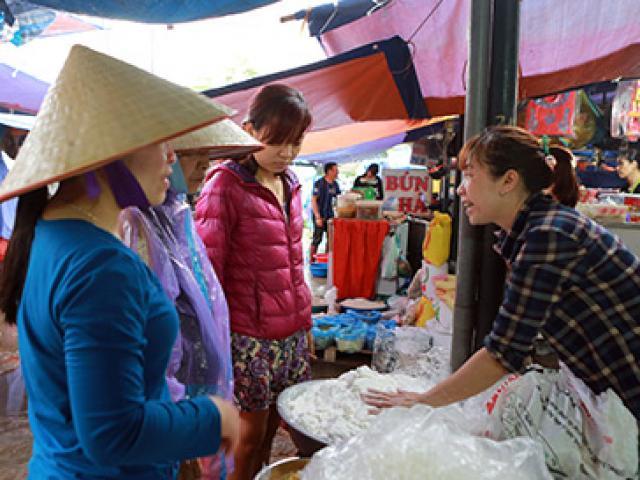 Người dân đội mưa, xếp hàng mua bánh trôi đón Tết Hàn thực