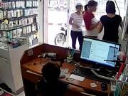 Clip Eva - Bé trai trộm điện thoại dưới sự chỉ đạo của người lớn