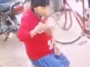 Clip Eva - Video: Nữ sinh lớp 7 bị ép quỳ xin lỗi, ăn cát giữa đường