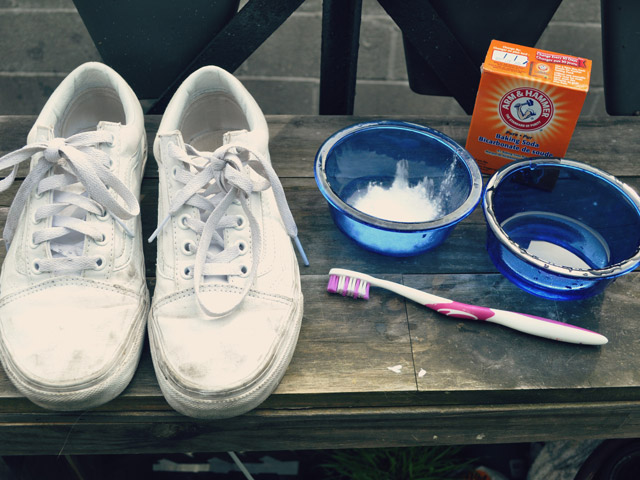 Đủ các mẹo trong nhà cho mẹ khử mùi giày và tất