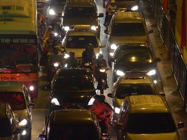 Cửa ngõ Thủ đô tắc nghẽn kéo dài vì người dân về quê nghỉ 30/4