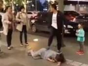 Chồng đánh vợ dã man trước mặt con ngay giữa phố