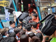 Tin tức - Người dân trèo rào, chen lấn vào bến xe để về quê nghỉ lễ