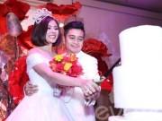 Vân Trang đắm đuối hôn chồng thiếu gia trong tiệc cưới