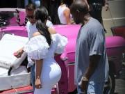 Clip: Kim Kardashian khoe 3 vòng trứ danh bên chồng con