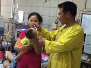 Làm mẹ - Con dưới 2 tháng tuổi viêm phổi vì bố mẹ quan niệm quấn chặt tránh giật mình