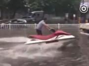 Tin tức - Mưa lớn gây ngập lụt, người dân Quảng Châu lướt ca nô trên phố