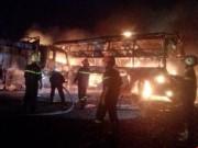 Tin tức - 2 xe khách tông nhau bốc cháy, 12 người không thể nhận dạng