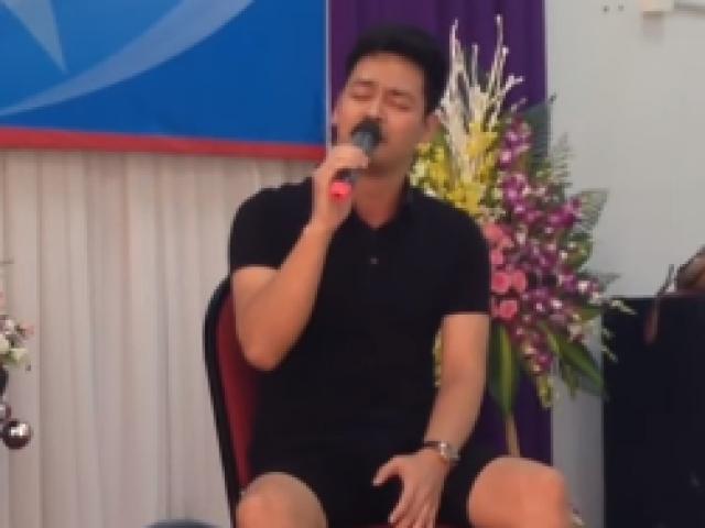 MC Phan Anh hát cực hay trong ngày họp lớp
