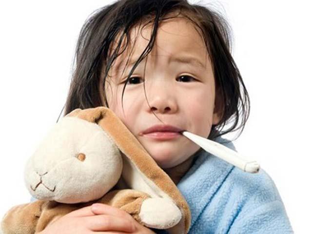 Trẻ sốt cao, kèm đau đầu nên nghĩ đến viêm não cấp