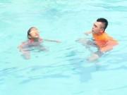 Tin tức - Chuyên gia hướng dẫn người không biết bơi ứng phó khi bị đuối nước