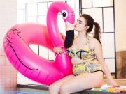 Thời trang - Mẫu béo ngấn mỡ tự tin gợi cảm với bikini
