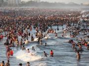"""Tin tức - Bãi biển Sầm Sơn """"nêm chặt"""" người ngày nóng đỉnh điểm"""