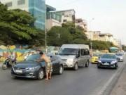 """Tin tức - Ông Tây """"chặn xe"""" ô tô xin lau kính xôn xao Hà Nội"""