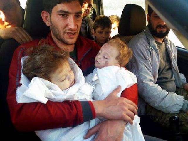 Bức ảnh ám ảnh thế giới: Cha đỏ hoe mắt ôm xác 2 con sinh đôi