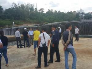 Lao xuống hồ cứu người, 2 sinh viên bị lấy hết tài sản