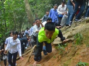Người lớn, trẻ em đu dây thừng leo vách núi dâng hương Vua Hùng