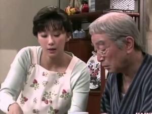 Bố chồng thường xuyên đánh đập cháu gái, bất đắc dĩ, tôi đành phải dùng hạ sách...