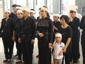 Con gái duy nhất của NSƯT Duy Thanh cố bình tĩnh, nén đau buồn trong tang lễ cha