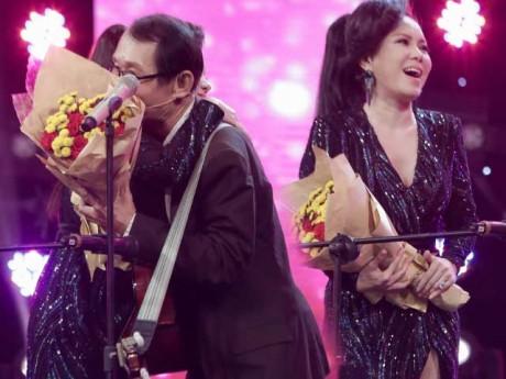 Quá bất ngờ khi gặp thần tượng U80, Việt Hương lên sân khấu ôm chầm thắm thiết