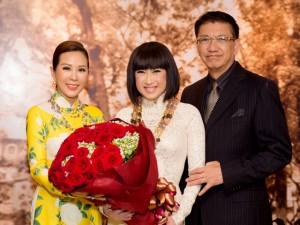 Hoa hậu Thu Hoài dịu dàng đến chúc mừng danh ca  Ý Lan