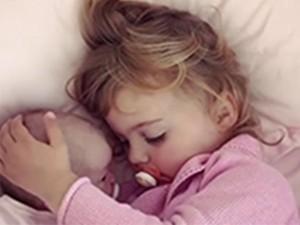 Video: Vừa ngậm ti giả, bé gái vừa xoa đầu em trai ra dáng chị lớn