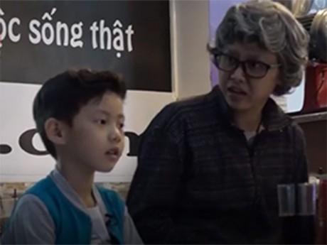 Video: Vợ Đăng Khôi cải trang thành người xấu để dạy con trai cách tự bảo vệ bản thân