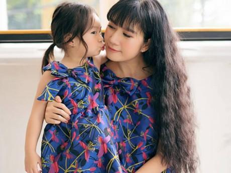 Con gái Lý Hải tinh nghịch, tạo dáng đáng yêu bên mẹ Minh Hà
