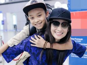 Phi Nhung vui vẻ cõng con nuôi Hồ Văn Cường đùa giỡn tại sân bay
