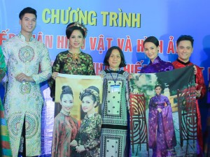 Diễn viên Việt Trinh, quý bà Sương Đặng trao kỷ vật cho Bảo tàng phụ nữ Nam Bộ