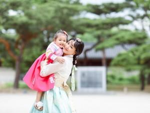 Maya cùng bạn thân Mai Diệu Linh đưa con gái Bồ Câu đi chơi Hàn Quốc