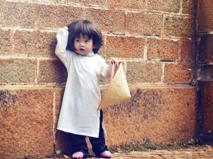 Bé gái 14 tháng tuổi mặc áo dài tạo dáng khắp phố Sài Gòn dưới góc máy của bố