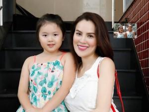 Thích thú với vẻ đáng yêu, tinh nghịch của 2 con gái sinh đôi nhà Á hậu Phương Lê