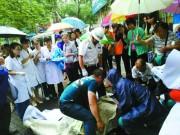 Bà bầu - Sản phụ vỡ ối dưới trời mưa lớn, mọi người xông vào đỡ đẻ giúp