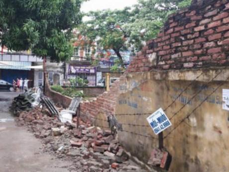 Hải Phòng: Tường đổ sập do mưa lớn làm cháu tử vong, cậu bị thương nặng